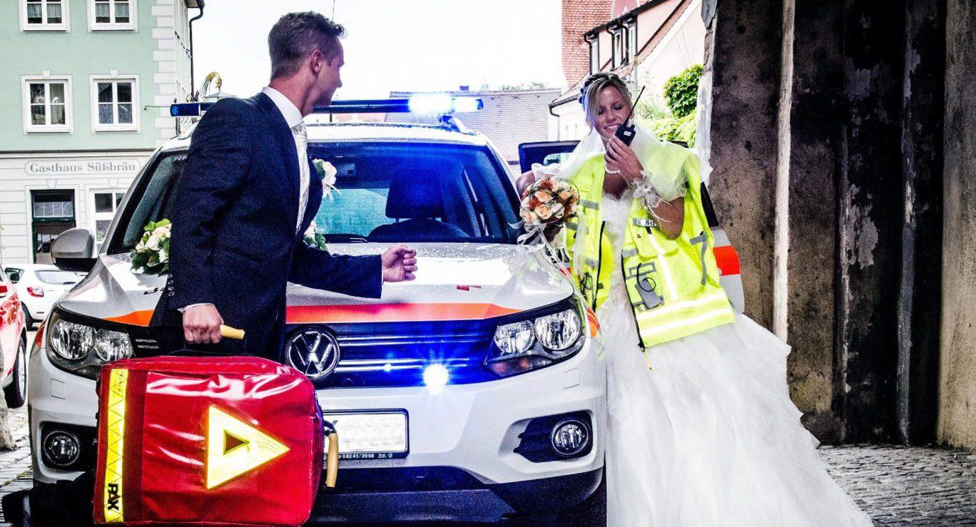 """Das """"Blaulicht-Brautpaar"""" und die etwas andere Wickeltasche"""