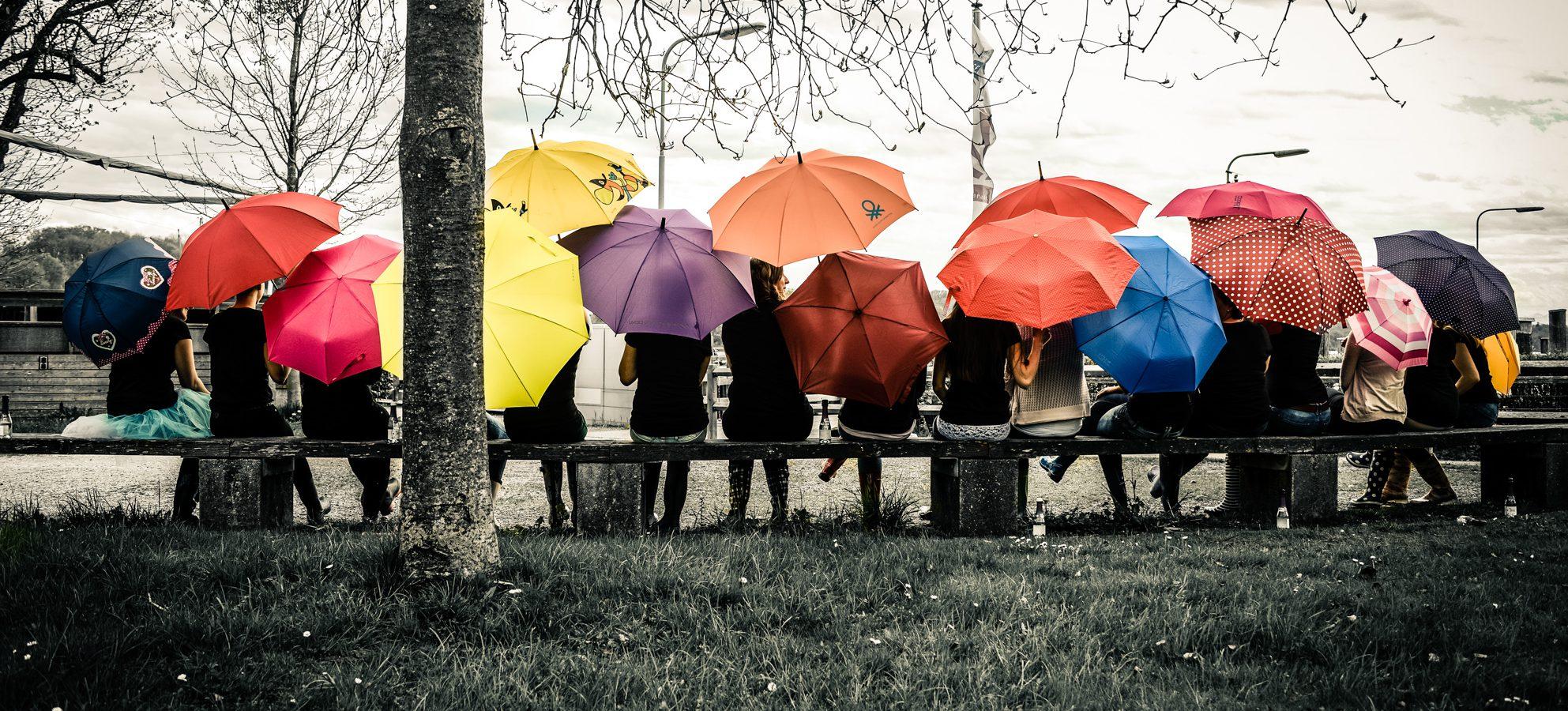 JGA mit Schirm, Sekt und Gummistiefel
